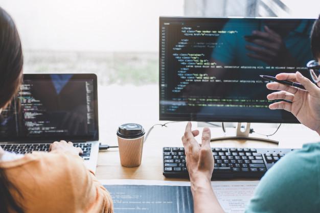escrevendo-codigos-e-digitando-tecnologia-de-codigo-de-dados-programador-cooperando-trabalhando-em-projeto-de-web-site-em-um-software-de-desenvolvimento-em-computador-de-mesa-na-empre